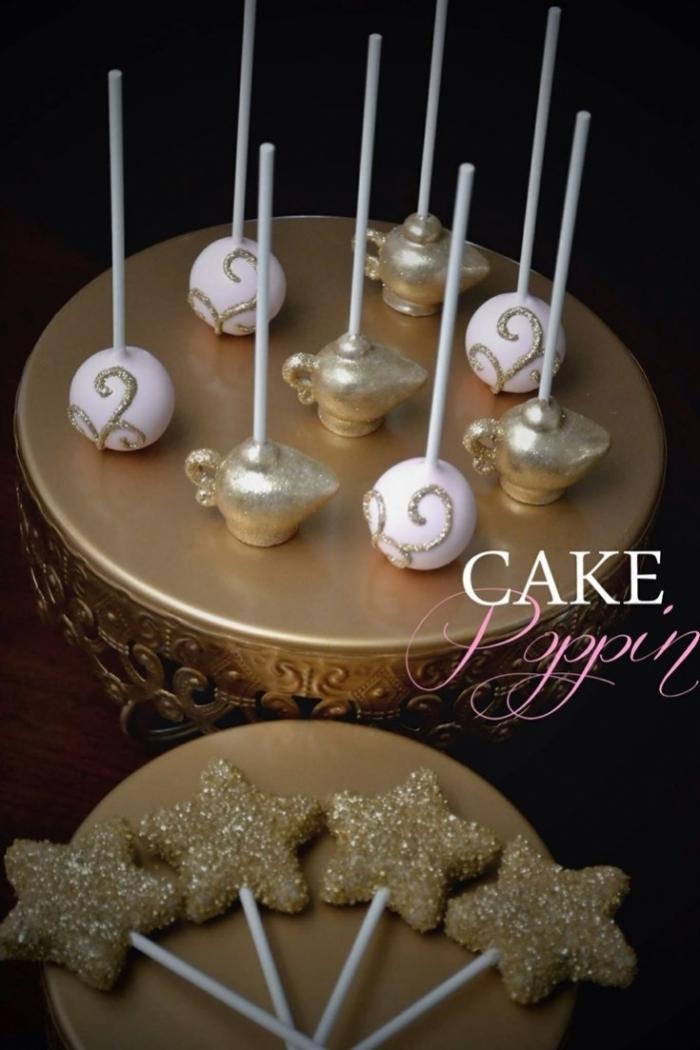 Cake design couleur or avec des popcakes en forme de lampes ...