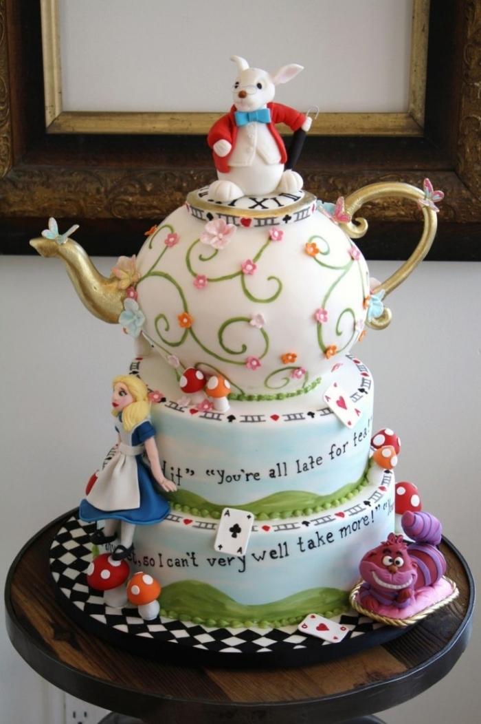 Cake Design D Alice Au Pays Des Merveilles Avec Une Theiere Et Un