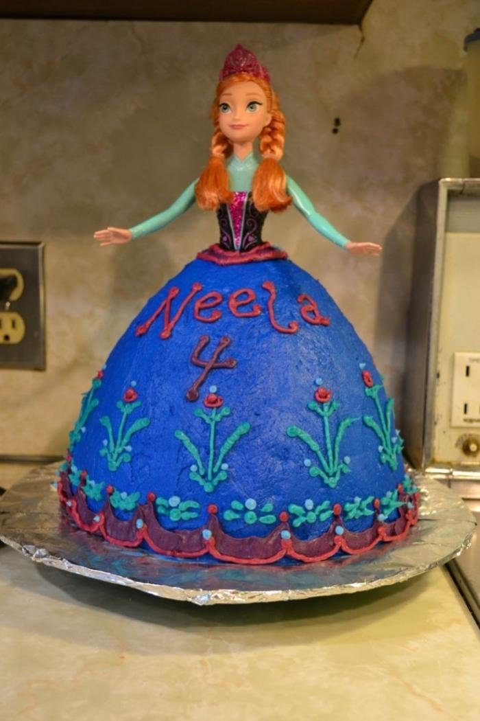 gâteau d'anniversaire de robe de poupée bleu avec des fleurs rouge