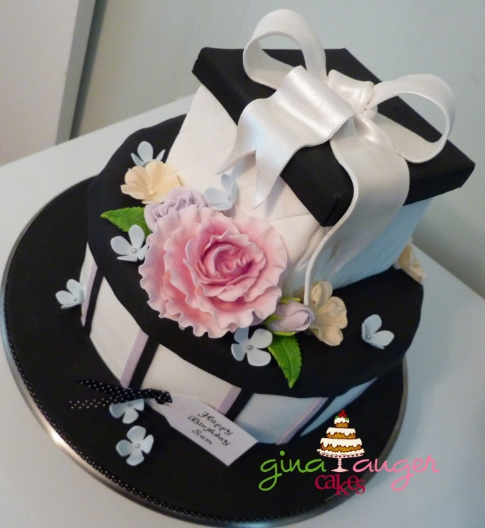 Très Gâteau d'anniversaire avec des boîtes cadeaux et des fleurs en  LN04