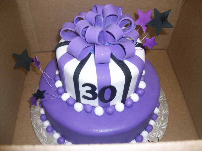 id e de g teau en forme de cadeaux violet pour les 30 ans d 39 une amie 02 11 2018. Black Bedroom Furniture Sets. Home Design Ideas
