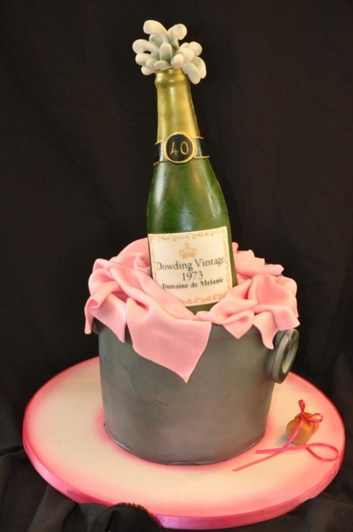 gâteau d'anniversaire en forme de seau à champagne gris et rose