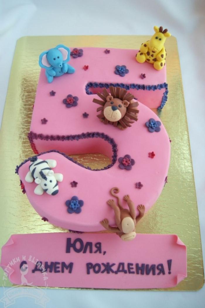 Célèbre gâteau d'anniversaire en forme de 5 avec un décor de différents  TI66