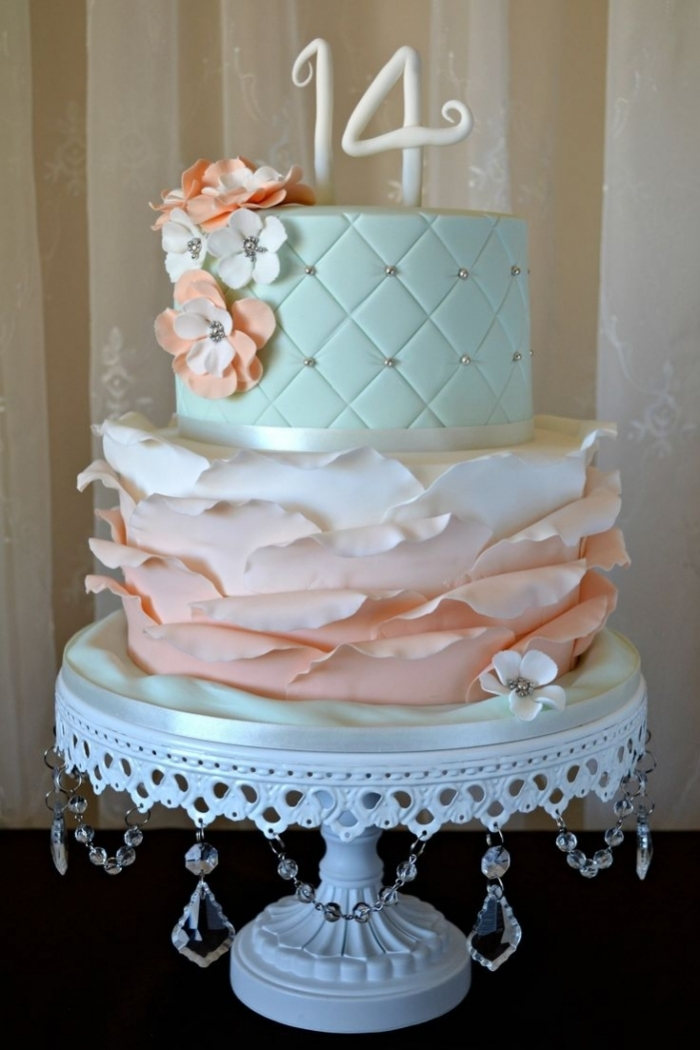 Gateau d\u0027Anniversaire , gâteau d\u0027anniversaire capitonné avec des diamants  et sous forme de feuilles en dégrader de couleurs