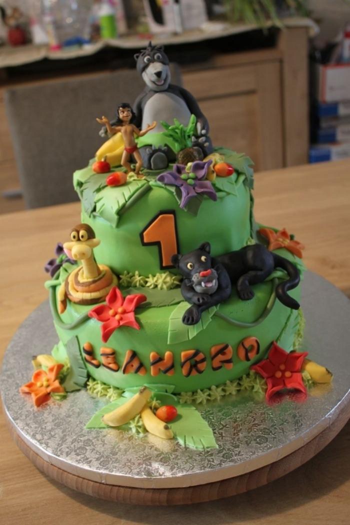 G teau d 39 anniversaire du th me de la jungle avec diff rentes animaux au d cor de feuilles et de - Decoration animaux de la jungle ...
