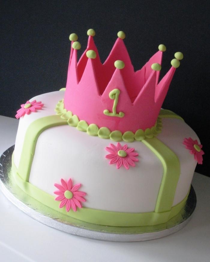 Fabuleux gâteau d'anniversaire avec couronne rose et des rubans vert avec  RN69