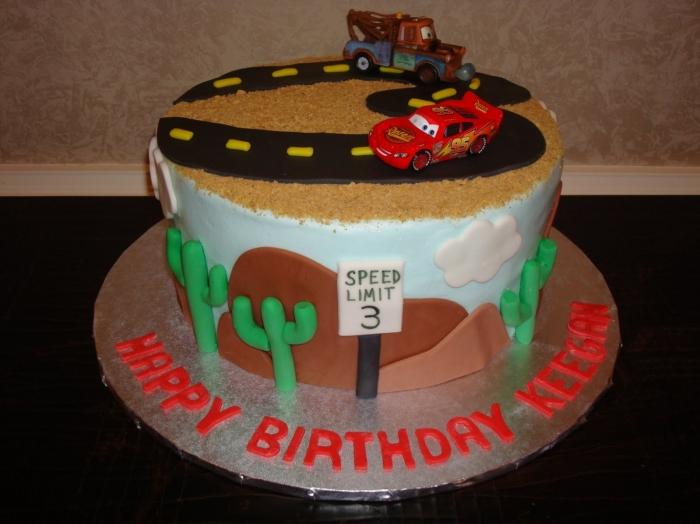 gâteau d'anniversaire avec mcqueen avec un décors de route et