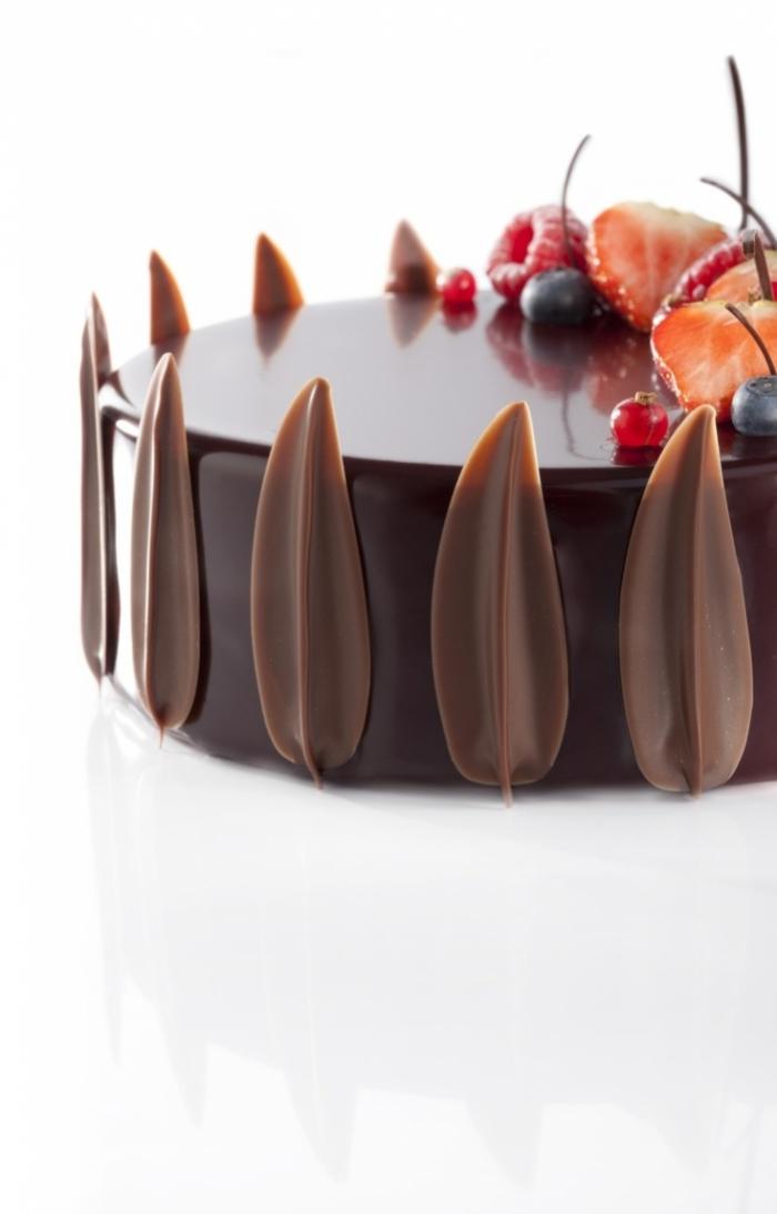G teau au gla age miroir chocolats noir et des feuilles au for Glacage miroir noir