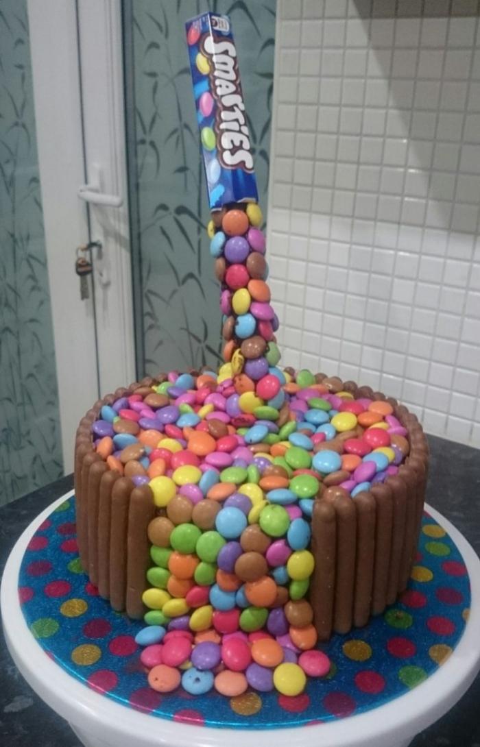Gateau au Chocolat , Paquet de smarties vidé sur un gâteau au chocolat