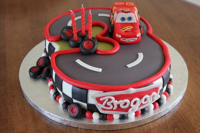 Gateau d anniversaire en forme de circuit cars avec le ...