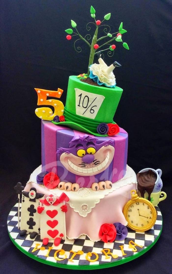 gâteau de alice au pays des merveilles avec différents accessoires