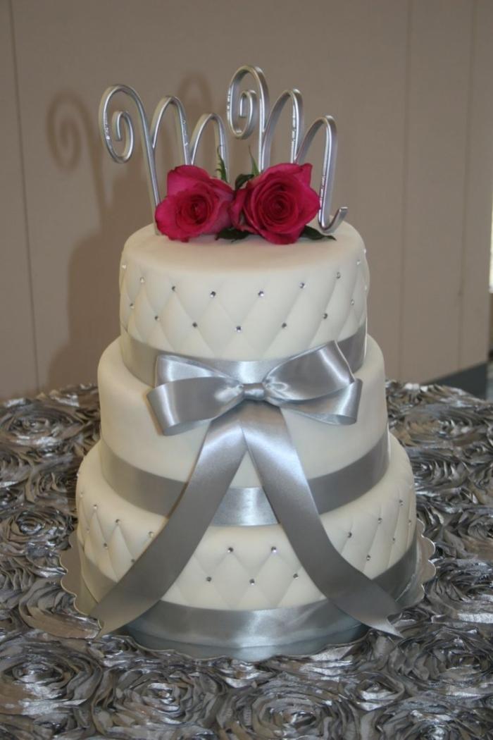 gâteau de mariage blanc et gris capitonné avec des roses - 16/01/2018