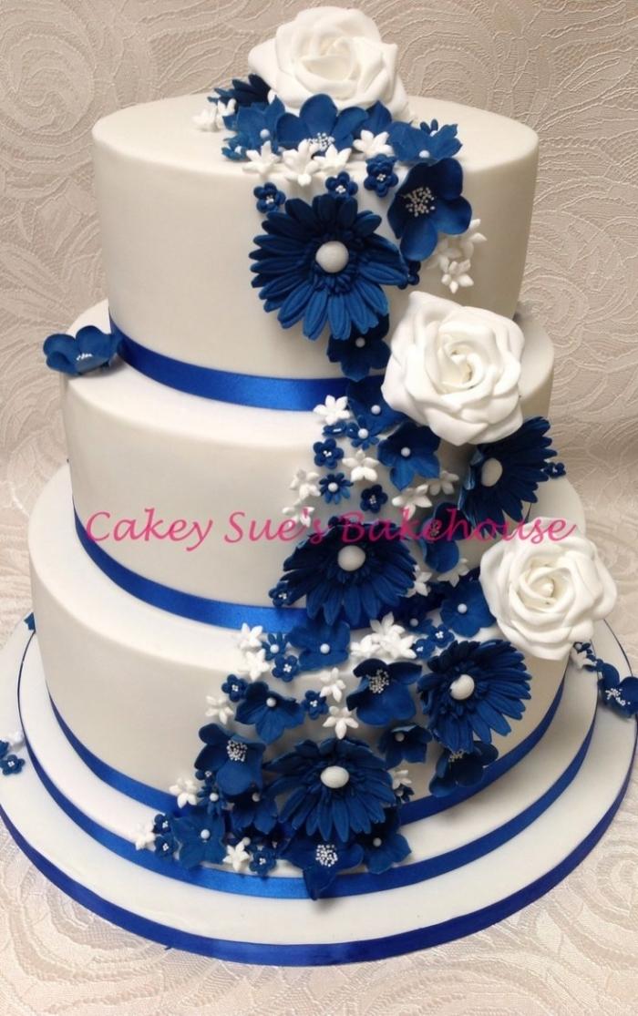 G teau de mariage bleu et blanc avec beaucoup de fleurs 03 07 2018 - Mariage bleu et blanc ...