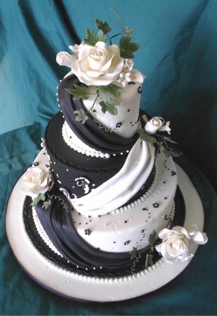 Merveilleux Gateau De Mariage Noir Et Blanc Entrelace Avec Des Roses