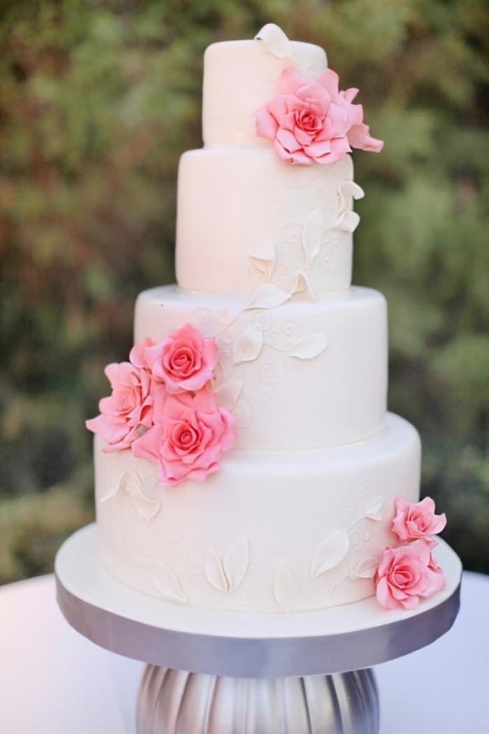 g teau pour un mariage blanc avec des roses et des p tales blanches 03 11 2018. Black Bedroom Furniture Sets. Home Design Ideas