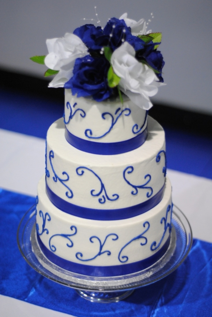G teau de mariage bleu et blanc avec un bouquet de fleurs sur le dessus 19 07 2018 - Mariage bleu et blanc ...