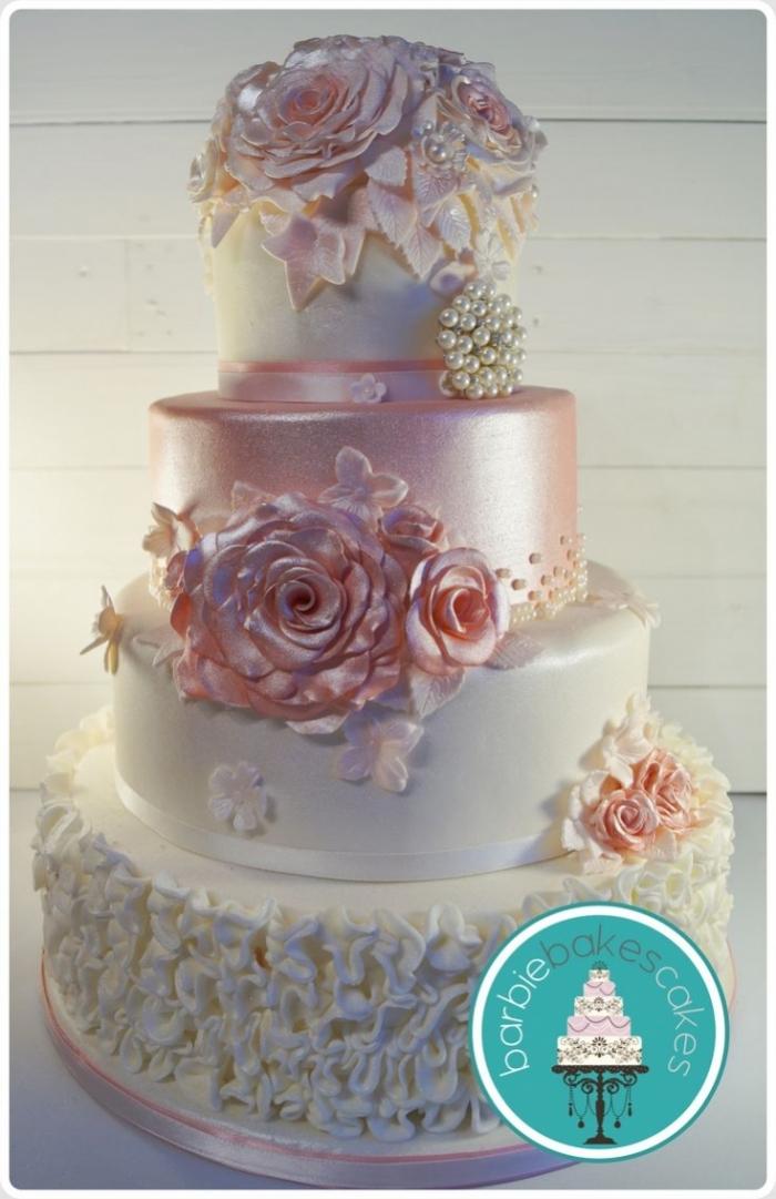 sublime g teau de mariage blanc et rose avec des perles nacr es 10 11 2018. Black Bedroom Furniture Sets. Home Design Ideas