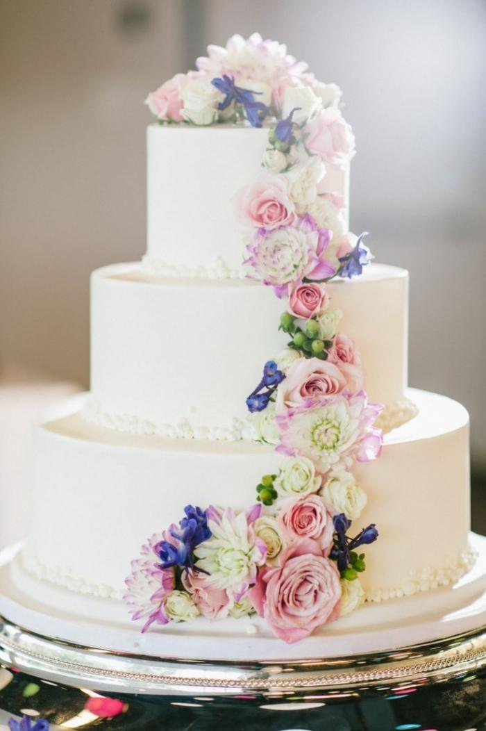 Wedding Cake Blanc Avec Sa Cascade De Different Fleurs 03 01 2019