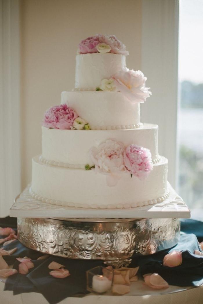 Gros Wedding Cake Avec Des Fleurs Pour Decorer 02 01 2019