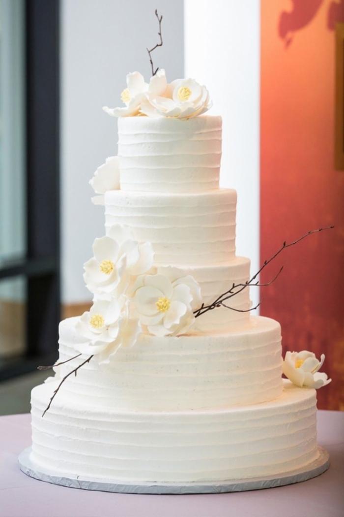 Wedding Cake Simple Blanc Avec Branches Et Fleurs Blanches 24 01 2019
