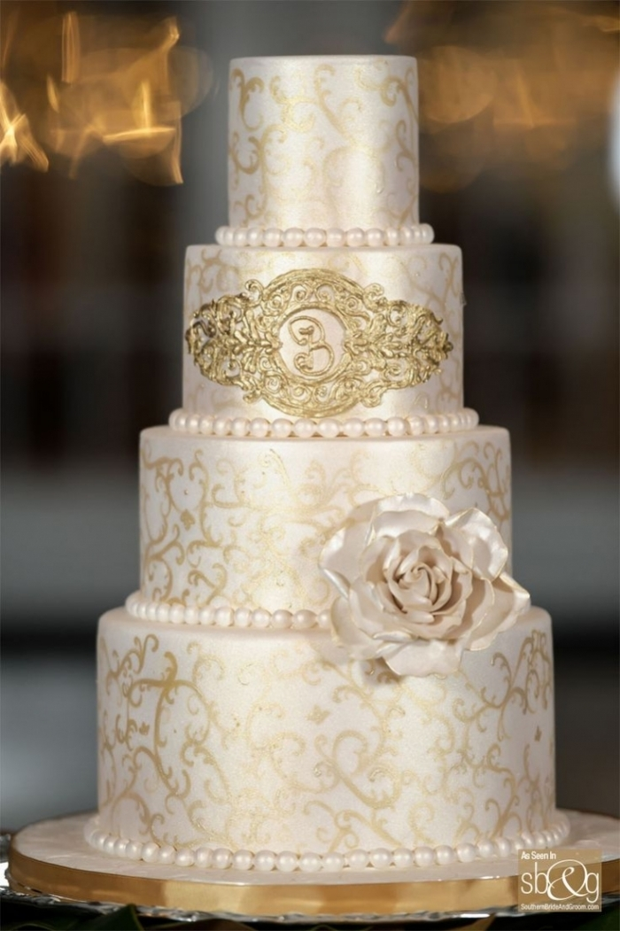 Wedding Cake Wedding Cake Avec Graphismes Or Et Rose Blanches