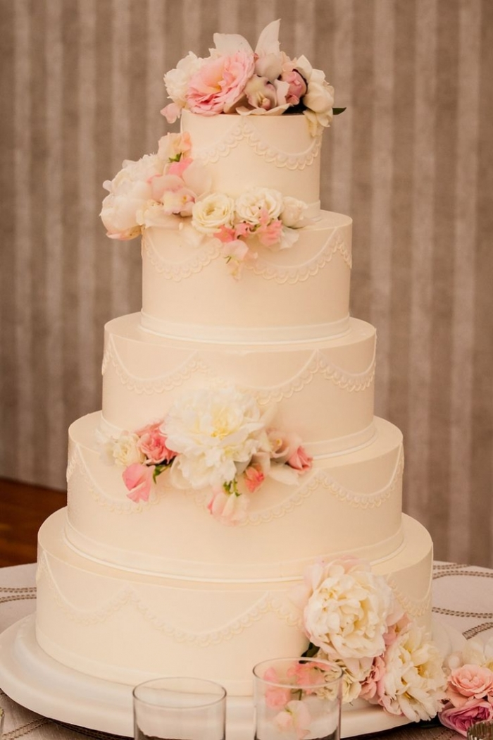 Superbe Wedding Cake Couleur Creme Avec Des Fleurs Et De La Dentelle
