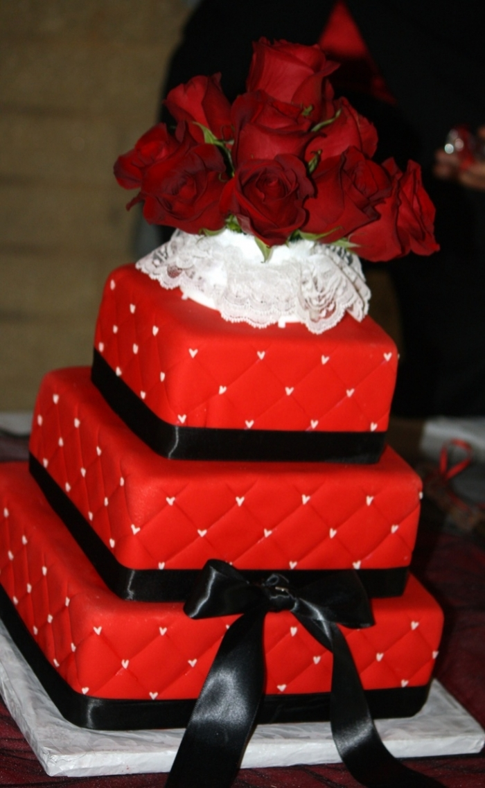how to cut a wedding cake video g 226 teau design pour la st valentin capitonn 233 avec des roses 15632